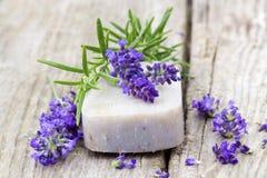 Бар естественных мыла, цветков лаванды и розмаринового масла Стоковая Фотография RF