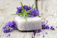 Бар естественных цветков мыла и лаванды Стоковое Изображение RF