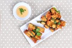 Бар золота и золото кладут еду, который в мешки служат с сладостным соусом Стоковая Фотография
