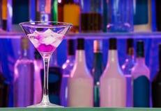Бар и питье коктеиля спирта цвета Стоковые Фотографии RF