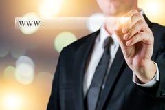 Бар поиска сети с пустым космосом для вашей связи адреса вебсайта Бизнесмен держа ручку и писать в виртуальном баре с пробелом Стоковое Изображение RF