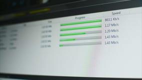 Бар прогресса зеленого цвета загрузки загрузки файла FTP с индикатором скорости на экране сток-видео