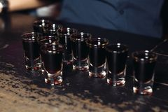 Бар спирта, стекло коктеиля на счетчике бара, стекло коктеиля в баре, выпивая коктеиль в баре, коктеиль в стекле с соломами, Стоковые Фотографии RF