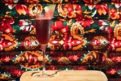 Бар спирта, стекло коктеиля на счетчике бара, стекло коктеиля в баре, выпивая коктеиль в баре, коктеиль в стекле с соломами, Стоковое Изображение