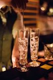 Бар спирта, стекло коктеиля на счетчике бара, стекло коктеиля в баре, выпивая коктеиль в баре, коктеиль в стекле с соломами, Стоковое фото RF