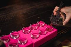 Бар спирта, стекло коктеиля на счетчике бара, стекло коктеиля в баре, выпивая коктеиль в баре, коктеиль в стекле с соломами, Стоковые Изображения