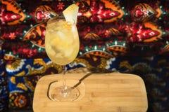Бар спирта, стекло коктеиля на счетчике бара, стекло коктеиля в баре, выпивая коктеиль в баре, коктеиль в стекле с соломами, Стоковое Фото