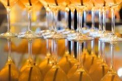 Бар спирта, стекло коктеиля на счетчике бара, стекло коктеиля в баре, выпивая коктеиль в баре, коктеиль в стекле с соломами, Стоковое Изображение RF