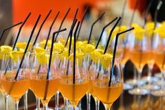 Бар спирта, стекло коктеиля на счетчике бара, стекло коктеиля в баре, выпивая коктеиль в баре, коктеиль в стекле с соломами, Стоковая Фотография RF