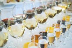 Бар спирта, стекло коктеиля на счетчике бара, стекло коктеиля в баре, выпивая коктеиль в баре, коктеиль в стекле с соломами, Стоковая Фотография
