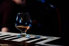 Бар спирта, стекло коктеиля на счетчике бара, стекло коктеиля в баре, выпивая коктеиль в баре, коктеиль в стекле с соломами, Стоковые Фото
