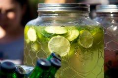 Бар спирта, стекло коктеиля на счетчике бара, стекло коктеиля в баре, выпивая коктеиль в баре, коктеиль в стекле с соломами, Стоковые Изображения RF