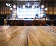 Бар столешницы встречный с предпосылкой бар-ресторана нерезкости Стоковое Фото