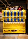 Бар choclate ` s M&M внутри супермаркета Стоковые Фото