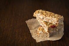 Бар Granola или бар энергии на коричневой предпосылке Стоковые Изображения