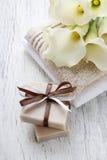 Бар handmade естественных мыла, полотенец и букета белого calla Стоковые Изображения RF