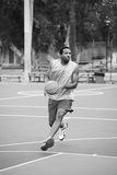 Баскетболист на суде Стоковая Фотография