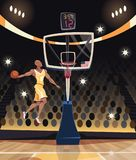Баскетболист dunking в арене баскетбола Стоковая Фотография