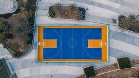 Баскетбольная площадка от взгляд сверху стоковое изображение