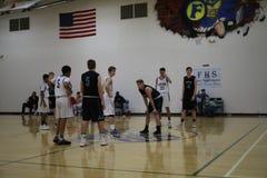 Баскетбольные команды средней школы на баскетбольной площадке Стоковое Изображение