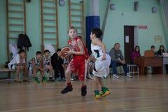 Баскетбол игры детей стоковые изображения