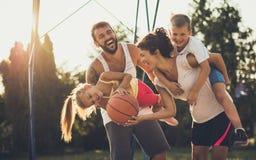 Баскетбол их неотъемлемая часть жизни стоковые фотографии rf