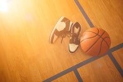 Баскетбол и ботинки баскетбола стоковое изображение