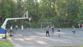 Баскетбол молодых мышечных людей играя в парке акции видеоматериалы