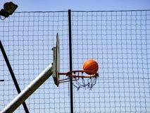 Баскетбол будучи сниманным к обручу на пути Стоковое Изображение