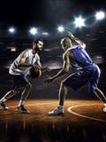2 баскетболиста в действии Стоковые Фотографии RF