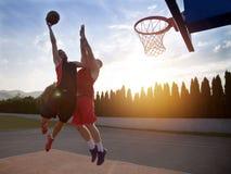 2 баскетболиста на суде внешнем Стоковое Изображение