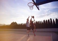 2 баскетболиста на суде внешнем Стоковая Фотография RF