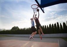 2 баскетболиста на суде внешнем Стоковые Фотографии RF