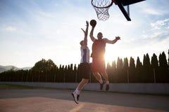 2 баскетболиста на суде внешнем Стоковые Фото