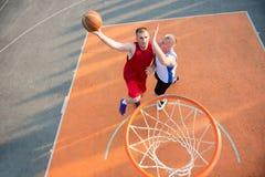 2 баскетболиста на суде внешнем Стоковое фото RF