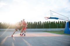2 баскетболиста на суде внешнем Стоковые Изображения