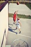 2 баскетболиста на суде Стоковые Изображения RF