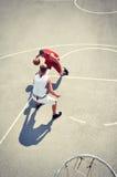 2 баскетболиста на суде Стоковые Фотографии RF