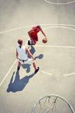 2 баскетболиста на суде Стоковое Изображение