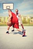 2 баскетболиста на суде Стоковые Фото