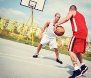 2 баскетболиста на суде Стоковые Изображения