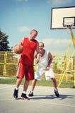 2 баскетболиста на суде Стоковая Фотография