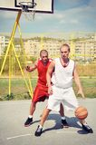 2 баскетболиста на суде Стоковая Фотография RF