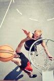 2 баскетболиста на суде Стоковое Фото