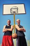 2 баскетболиста усмехаясь на суде Стоковое Изображение RF