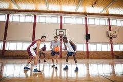 Баскетболисты готовые для шарика скачки Стоковые Изображения