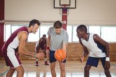 Баскетболисты готовые для шарика скачки Стоковое Фото