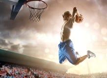 Баскетболист в действии стоковое изображение