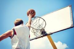 Баскетболист в летании действия высоком и вести счет Стоковые Фото