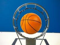 Баскетбол идя через корзину Стоковая Фотография RF